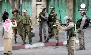 Ηλικιωμένος Παλαιστίνιος «τα βάζει» με επτά Ισραηλινούς στρατιώτες (photos+video)