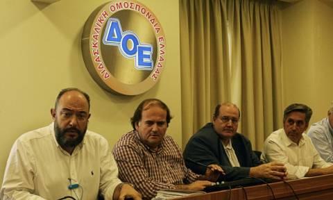 Πανό σήκωσαν αναπληρωτές καθητητές κατά τη συνάντηση Φίλη - ΔΟΕ