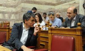 Οι υπουργοί λάμπουν δια της... απουσίας τους από τη Βουλή