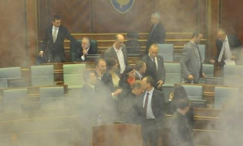 H αντιπολίτευση ξαναέριξε δακρυγόνο εντός της Βουλής στο Κόσσοβο (video)