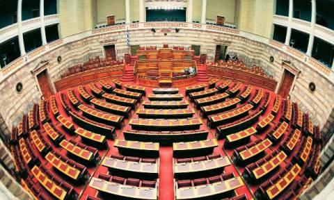 Μπάχαλο ξανά η Βουλή - Ένταση μεταξύ βουλευτών της ΧΑ και του ΚΚΕ (video)