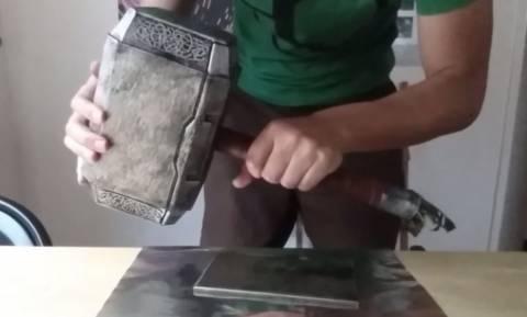 Έφτιαξε το σφυρί του Θορ και -κυριολεκτικά- είναι ο μόνος που μπορεί να το σηκώσει (vid)