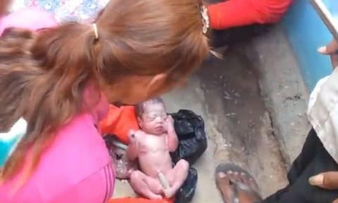 Νεογέννητο βρέθηκε στην άκρη του δρόμου μέσα σε σακούλα σκουπιδιών (video)