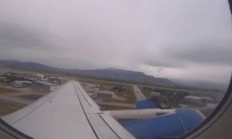 Απόλυτος τρόμος: Φτερό αεροπλάνου αποκολλήθηκε κατά την απογείωση (video)