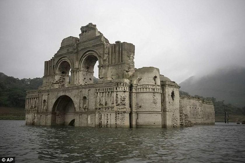 Αναστάτωση στο Μεξικό: Εκκλησία αναδύεται από το βυθό…(photos)