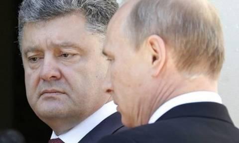 Τηλεοπτική χειραψία Πούτιν-Ποροσένκο λογοκρίνει το Κίεβο