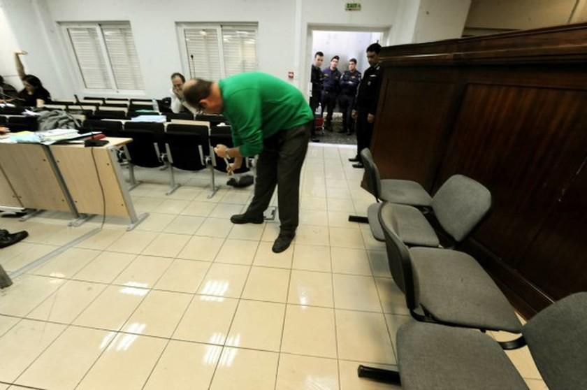 Αδιανόητο: Διεκόπη η δίκη της Χρυσής Αυγής επειδή... πλημμύρισε η αίθουσα! (pics)