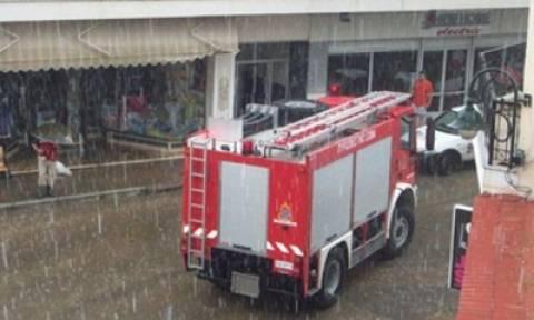 Μενίδι: Πυροσβέστης παρασύρθηκε και εγκλωβίστηκε από ορμητικά νερά
