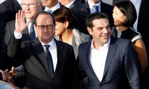 Le Monde: Η φιλία Ολάντ - Τσίπρα ενέχει συμφέρον