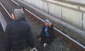 Συγκλονιστικό: Πρόσφυγες ρισκάρουν τη ζωή τους σταματώντας… τρένα (photos)