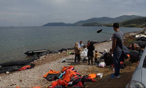 Λέσβος-Συγκλονιστικό βίντεο: Πρόσφυγας παθαίνει καρδιακό επεισόδιο την ώρα της αποβίβασης σε παραλία