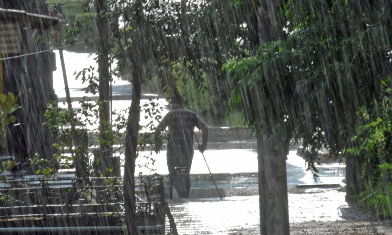 Υποχωρούν τα έντονα καιρικά φαινόμενα αλλά θα συνεχιστούν οι βροχές το Σαββατοκύριακο