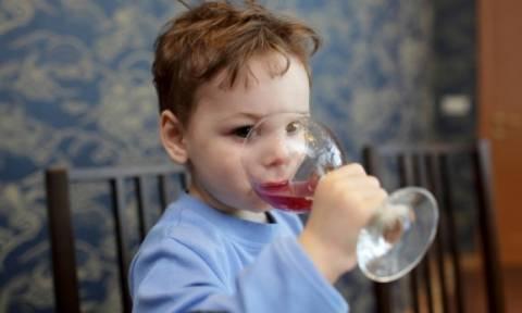 Παιδί και αλκοόλ: Επιτρέπεται να δοκιμάσει; - Ποια είναι τα όρια για τις άλλες ομάδες
