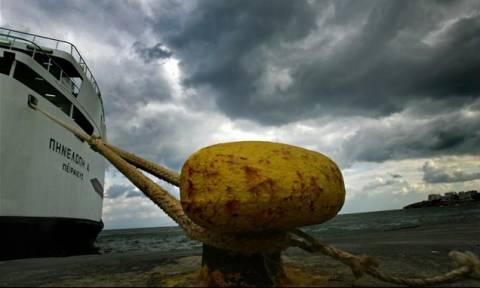 «Δεμένα» τα πλοία λόγω των θυελλωδών ανέμων