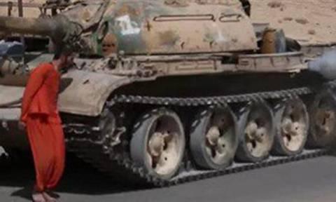 Φρικιαστικό video από τους τζιχαντιστές - Πατούν κρατούμενο με τανκ