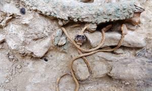 Σπάνια αρχαιολογικά ευρήματα στην Πύλο - Ανακαλύφθηκε ασύλητος τάφος πολεμιστή (pics)