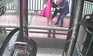 Συγκλονιστικό βίντεο: Οδηγός λεωφορείου σώζει γυναίκα λίγο πριν αυτοκτονήσει