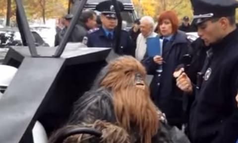 Ουκρανία: Ένταση με… Νταρθ Βέιντερ και Τσουμπάκα από το «Star Wars» στις τοπικές εκλογές (video)