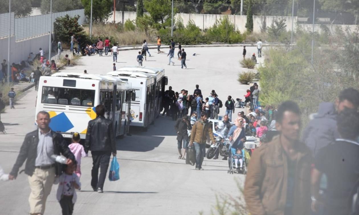 Την απομάκρυνση των προσφύγων από το κλειστό γήπεδο ζητά ο δήμαρχος Γαλατσίου
