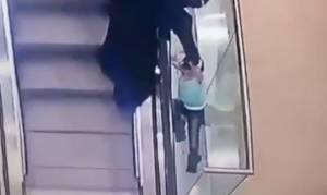 Βίντεο σοκ: Κοριτσάκι παρασύρεται από κυλιόμενες και πέφτει στο κενό!