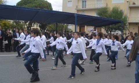 Με πένθιμα ρούχα παρέλασαν μαθητές μουσικού σχολείου στα Χανιά