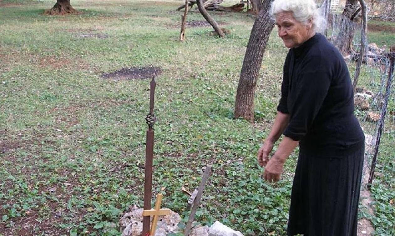 «Η Κυρά της Χειμάρρας» που επί 74 χρόνια φυλάει στην αυλή της έξι νεκρούς στρατιώτες (pics)
