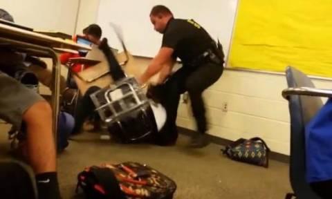 ΗΠΑ: Απολύθηκε ο νταής αστυνομικός που χτυπούσε με μανία ανήλικη μαθήτρια