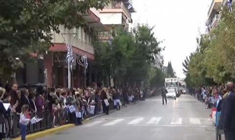 Απίστευτο – Κι όμως… βγήκαν απορριμματοφόρα σε παρέλαση της Θεσσαλονίκης (video)