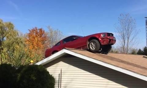 Κληρονόμησε ένα αυτοκίνητο στην οροφή του σπιτιού του (pics)