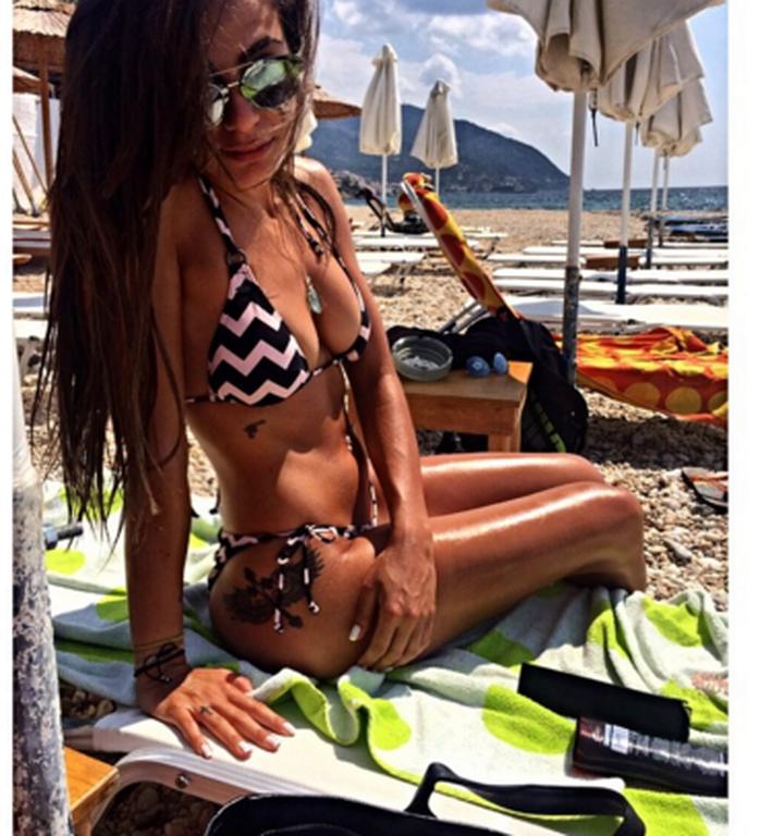 Αδερφή Έλληνα ποδοσφαιριστή τρελαίνει τους πάντες με τις σέξι πόζες της (photos)