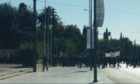 Επεισόδια με κουκουλοφόρους στο κέντρο της Αθήνας κατά τη διάρκεια μαθητικής πορείας (photos)