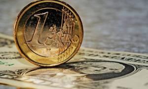 Οριακή πτώση του ευρώ