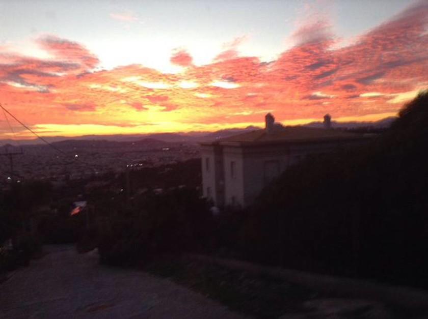 Το φλογερό ηλιοβασίλεμα που «έκλεψε» την καρδιά των Αθηναίων (photos)