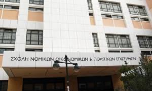 Πανεπιστήμιο Αθηνών: Φοιτητές έδιωξαν με... φρούτα και απειλές τους αξιολογητές!