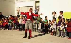 Oι «Κλόουν Χωρίς Σύνορα» μαζί με τα παιδιά - πρόσφυγες στο Γαλάτσι και τον Ελαιώνα