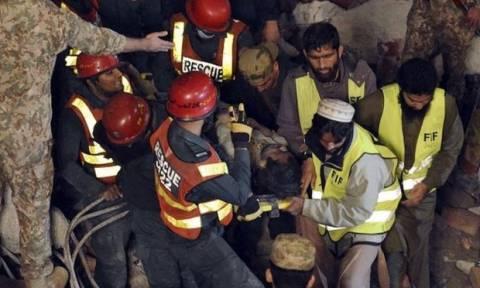 Πακιστάν: 200 άνθρωποι κάτω από τα συντρίμια εργοστασίου που κατέρρευσε (video)