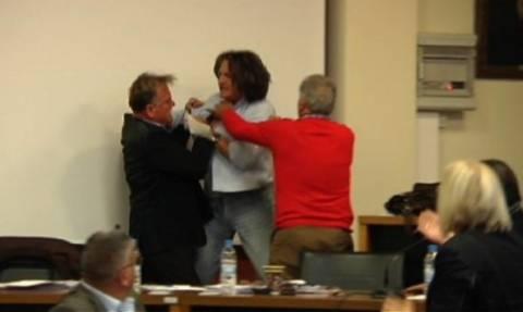 Πιάστηκαν στα χέρια στο Δημαρχείο του Βόλου (video)