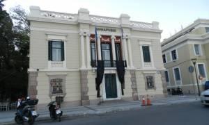 Δείτε το πανό που αναρτήθηκε στο Δημαρχείο Λέσβου ενόψει της επίσκεψης Τσίπρα - Σουλτς