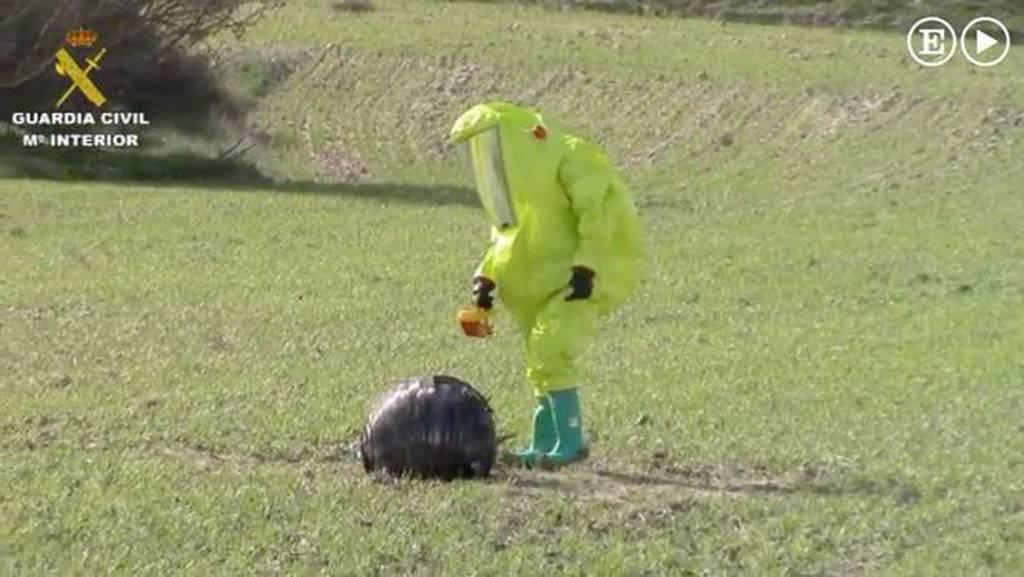 Σάλος στην Ισπανία με τη μυστηριώδη μαύρη σφαίρα που προσγειώθηκε σε χωράφι (video)