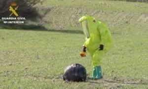 Σάλος στην Ισπανία με τη μυστηριώδη μαύρη μπάλα που προσγειώθηκε σε χωράφι (video+photos)