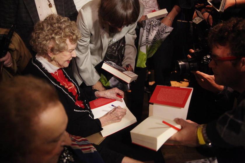 Κουκουλοφόροι εισέβαλαν στην παρουσίαση του βιβλίου της Μαργαρίτας Παπανδρέου (pics)