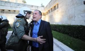 Αποτροπιασμός για την επίθεση εναντίον του Γιώργου Κουμουτσάκου (video)