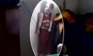 Σοκαριστικό ατύχημα: Αγοράκι κρεμάστηκε από το παράθυρο στο σαλόνι του σπιτιού του (video)