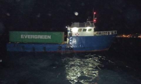 Πετούσαν τα λαθραία τσιγάρα στη θάλασσα για να μην τους πιάσει το Λιμενικό (photos)