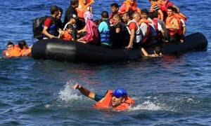 Διάσωση θρίλερ από μισοβυθισμένη βάρκα - Πώς «γύρισε από το θάνατο» ένα μικρό παιδί