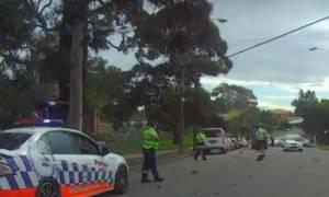 Μοτοσικλετιστής αγνόησε σήμα του αστυνομικού και εκείνος του πέταξε πινακίδα στο κεφάλι (vid)