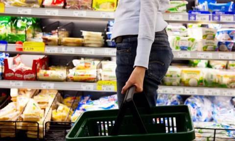 Σε συνθήκες αποπληθωρισμού η οικονομία: Ποια προϊόντα ανατιμήθηκαν και ποια μειώθηκαν;
