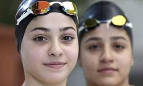 Απίστευτα συγκινητικό: Αδελφές κολυμβήτριες από τη Συρία κολύμπησαν τρεις ώρες μέχρι τη Λέσβο