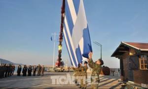 Υψώθηκε και πάλι η γιγάντια ελληνική σημαία στο λιμάνι της Χίου (video)