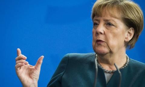 Μέρκελ: «Πολιτικός θεσμός» της Γερμανίας ο Χέλμουντ Σμιτ